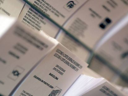 Papeletas electorales en el Colegio Francesc Maciá de Barcelona.