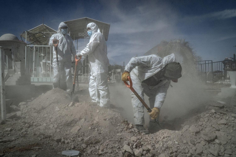Trabajadores del Panteón de San Efren, Ecatepec,  sepultan a un hombre que murió por covid, en Febrero de 2021.