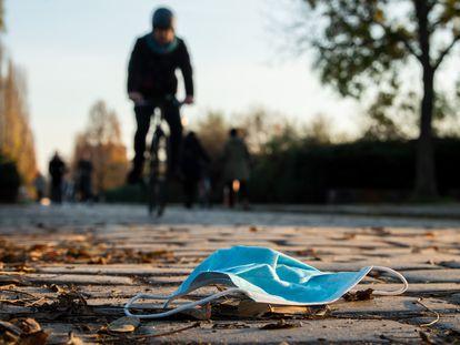 Una mascarilla tirada en el suelo de un parque de Berlín.