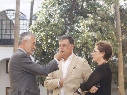 José Antonio Griñán conversa ayer en el Parlamento con José Antonio Viera y Carmen Martínez Aguayo.