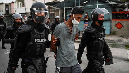 La policía traslada a un detenido de las protestas sociales en Cuba, en La Habana el pasado 13 de julio.