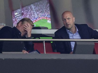 Ronald Koeman se lamenta en el palco del Wanda Metropolitano, donde estuvo acompañado por Jordi Cruyff, director del 'scouting' internacional del Barça. GETTY
