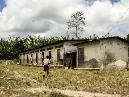 Un joven empleado de Furukawa camina hacia su vivienda en la hacienda Hilda 2.