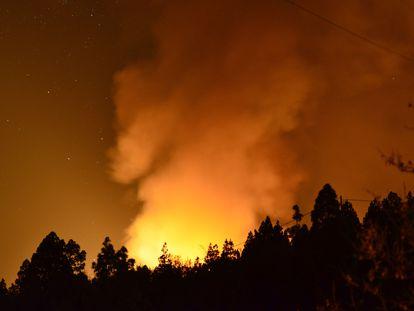 Las condiciones meteorológicas adversas dificultan las labores de extinción del incendio forestal que comenzó en la tarde del viernes en el municipio palmero de Garafía.