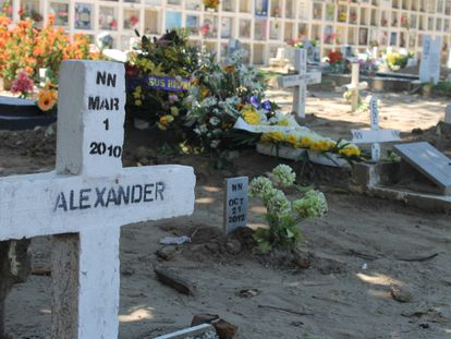 Una tumba con nombre en el Cementerio de La Dorada (Caldas), donde se han recuperado 27 cuerpos sin identificación.