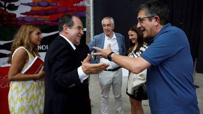 El alcalde de Vigo, Abel Caballero, a la izquierda, conversa con el secretario de política federal del PSOE, Patxi López.