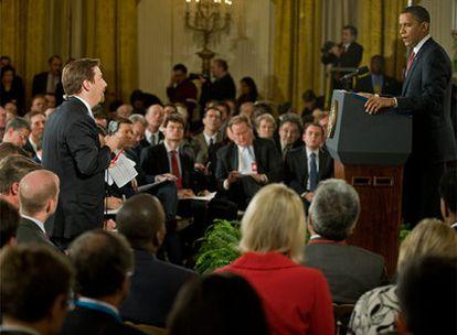 El presidente estadounidense escucha la pregunta de un periodista durante la rueda de prensa.