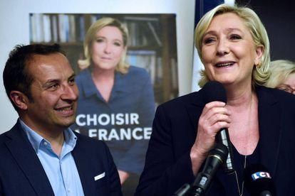 Marine Le Pen con uno de los candidatos del FN a las elecciones legislativas