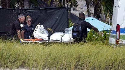 Los equipos de rescate, tras recuperar tres nuevas víctimas del derrumbe del inmueble de Surfside (Miami, Florida).