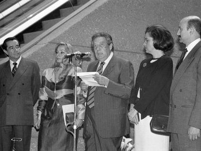 Octavio Paz, durante su homenaje el 27 de marzo de 1990, junto a su esposa y el presidente Carlos Salinas de Gortari