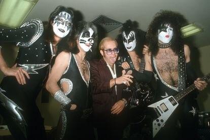 Elton John con los cuatro miembros originales de Kiss (Ace Frehley, Peter Criss, Gene Simmons y Paul Stanley) en 1977 en Los Ángeles.