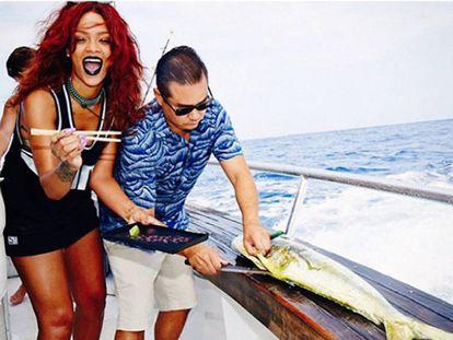 El Instagram de Rihanna es la prueba evidente de que la cantante sabe cómo pasarlo bien. Como aquí, en un yate y a punto de degustar pescado fresco.