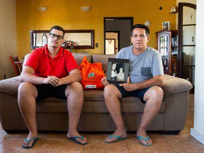 Wilson Reis (d), empleado jubilado de Petrobras, y su hijo Vinícius, en su casa de Barra de São João, en Casimiro de Abreu.