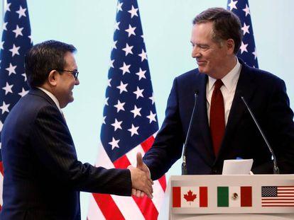 El secretario de Economía mexicano saluda este lunes a su homólogo estadounidense en la negociación, Robert Lighthizer.