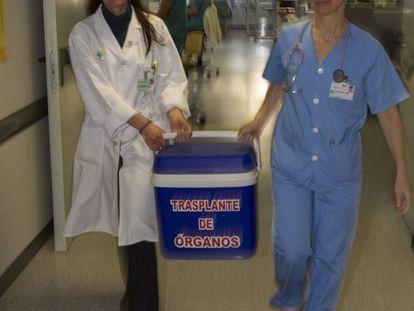 Transporte de un órgano para trasplante en el Hospital Virgen del Rocío de Sevilla en 2014.