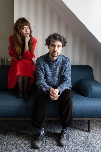 Jonás Trueba y la actriz y coguionista Itsaso Arana, retratados este jueves en París.