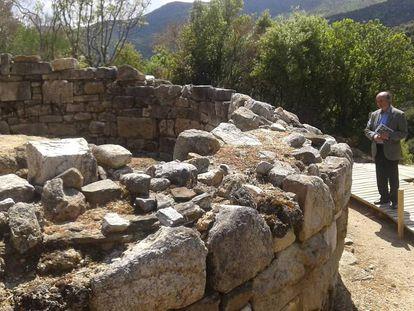 Dimitris Sarris, pensativo ante la que se cree que es la tumba de Aristóteles en la vieja Estagira, junto a la moderna Olympiada.