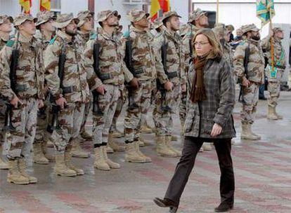 La ministra de Defensa, Carme Chacón, pasa revista a las tropas en Herat, Afganistán.