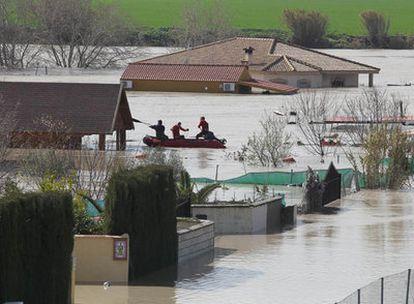 Una lancha de rescate navega entre las parcelas anegadas cerca del aeropuerto de Córdoba.