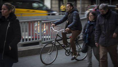 Un ciclista circulando ayer por encima de una acera.