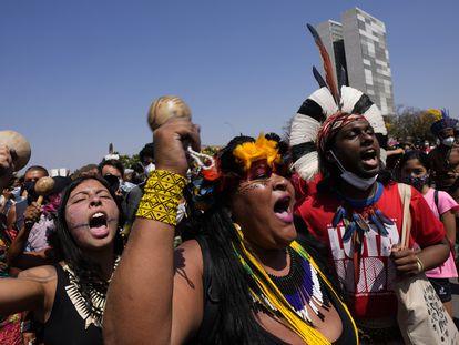 """Manifestantes indígenas gritan """"Fuera Bolsonaro"""", en referencia al presidente Jair Bolsonaro, frente al Palacio de Planalto en Brasilia, Brasil, el pasado  27 de agosto."""