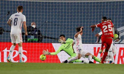 Fernando makes the first goal for Sevilla.