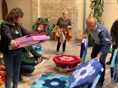 La asociación de mujeres Hilando vidas durante el montaje de la exposición Sororidad Serranía en el Palau dels Català de Valeriola de València.