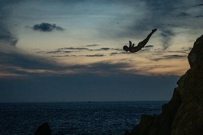 Un clavadista del Acantilado la Quebrada salta al mar.