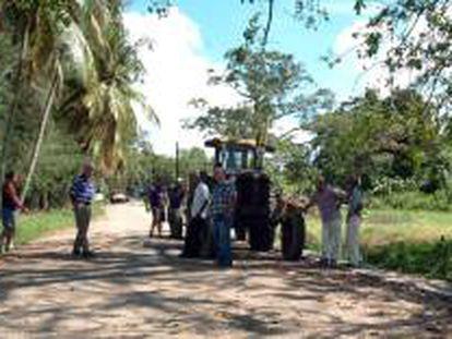 Un grupo de campesinos espera en La Habana (Cuba), para presentar sus solicitudes para recibir en usufructo tierras ociosas del Estado y ponerlas a producir. EFE/Archivo