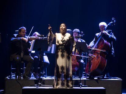 María Terremoto durante su espectáculo 'Poesía eres Tú', este domingo en el Teatro Lope de Vega, dentro de la Bienal de Flamenco de Sevilla.