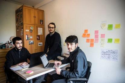 El universitario Miguel García, a la izquierda, y sus compañeros de piso, que siguen una huelga telemática en la Universidad de Santiago.
