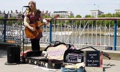 La artista Charlotte Campbell en Londres probando el lector de tarjetas.