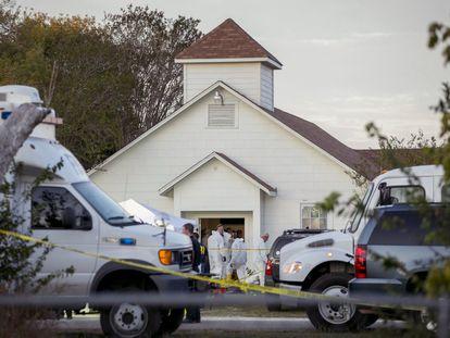 Investigadores de la policía trabajan en el interior de la iglesia bautista tras el tiroteo en Sutherland Springs (Texas).