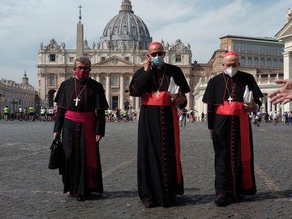 El secretario general de la CEE, el obispo Luis Argüello (izquierda), el presidente de la CEE, el cardenal Juan José Omella (centro), y el vicepresidente, el cardenal Carlos Osoro, durante su visita al Papa el pasado septiembre en el Vaticano.