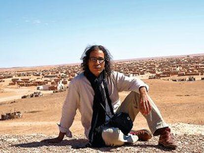 Bahia M. Awad, con la wilaya de El Aaiun (donde vive con su familia) al fondo, en los campamentos situados en la hamada argelina, en Tindouf.