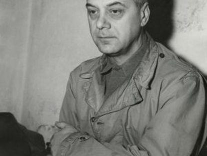 Alfred Rosenberg, sentado en su celda, durante los juicios de Nuremberg, en 1945.