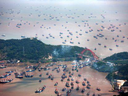 Tras la veda anual, miles de barcos de pesca dejan los puertos de China al final de cada verano.