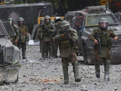 Policías antimotines enfrentan a manifestantes en una calle de Santiago, el 18 de noviembre pasado.
