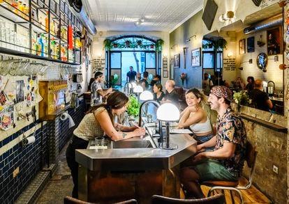 Pom ( con falda) y Juliette del bar Two Schmucks en el barrio del Raval de Barcelona, uno de los 50 mejores bares del mundo.