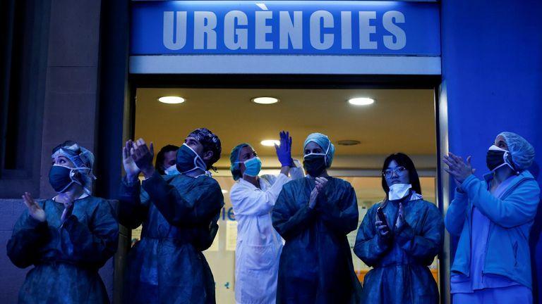 Personal médico del Hospital Dos de Mayo de Barcelona agradece los aplausos y muestras de apoyo de los ciudadanos.