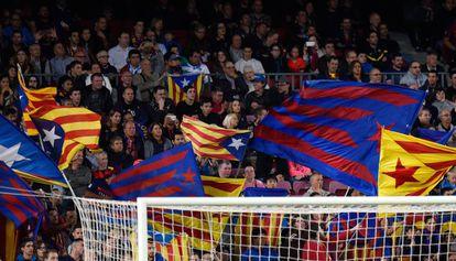 Esteladas en un partido del Barça.