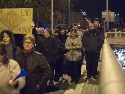 Una imagen de una protesta de vecinos de Zona franca que quieren que la linea 9 de Metro llegue a la Zona franca.