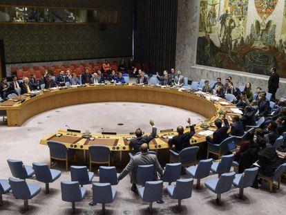 Miembros del Consejo de Seguridad votan sobre la resolución que prórroga la misión de paz en el Sáhara Occidental, el 31 de octubre en Nueva York.