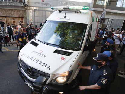 El exfutbolista Diego Maradona sale del hospital en ambulancia este miércoles tras ocho días ingresado, Buenos Aires.
