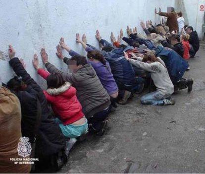 """La Policía ha arrestado a 13 personas """"parcela-fortaleza"""" dedicada a la venta y el consumo de droga en Valdemingómez."""