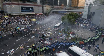 La policía de Hong Kong dispersa a los manifestantes prodemocracia con gas lacrimógeno, este domingo en el distrito central de la excolonia.