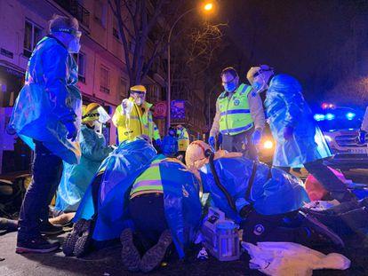 Efectivos del Samur atienden al motorista en el accidente de la calle Embajadores esquina con Tomás Borrás.