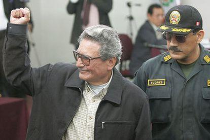 Abimael Guzmán, fundador del grupo terrorista Sendero Luminoso, levanta el puño durante un juicio en noviembre de 2019.