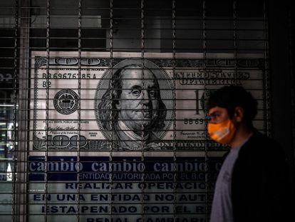 Una persona camina frente a una casa de cambio, en Buenos Aires (Argentina).
