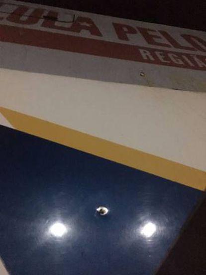 Foto de uno de los agujeros dejados por los tiros en uno de los autobuses.
